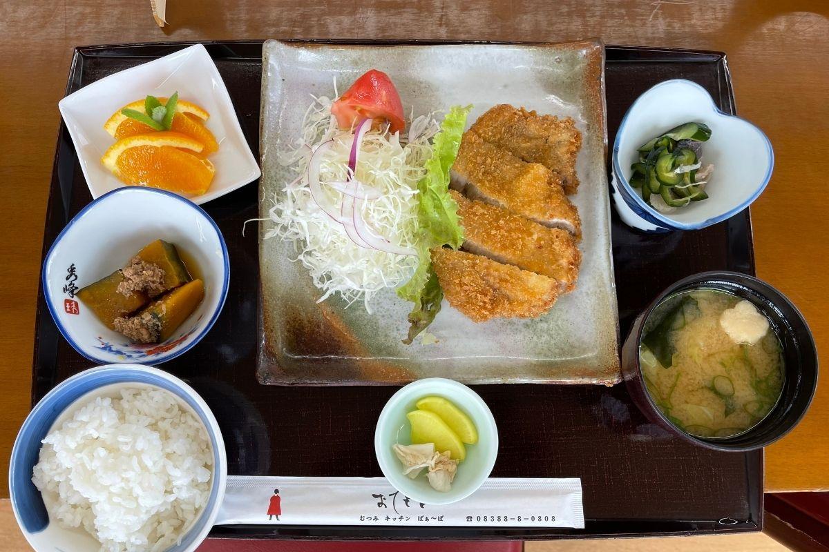 むつみ豚のロースとんかつ定食(1450円)