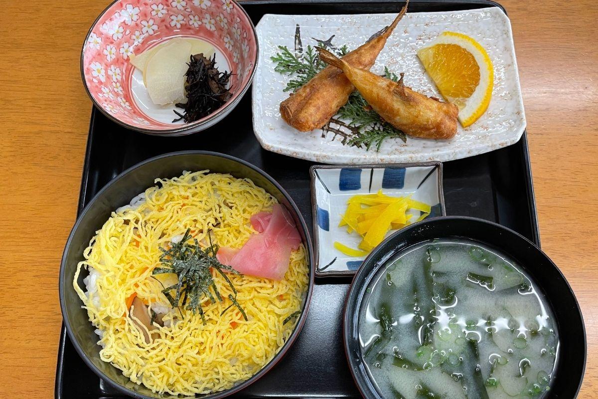 ちらし寿司定食(1180円)