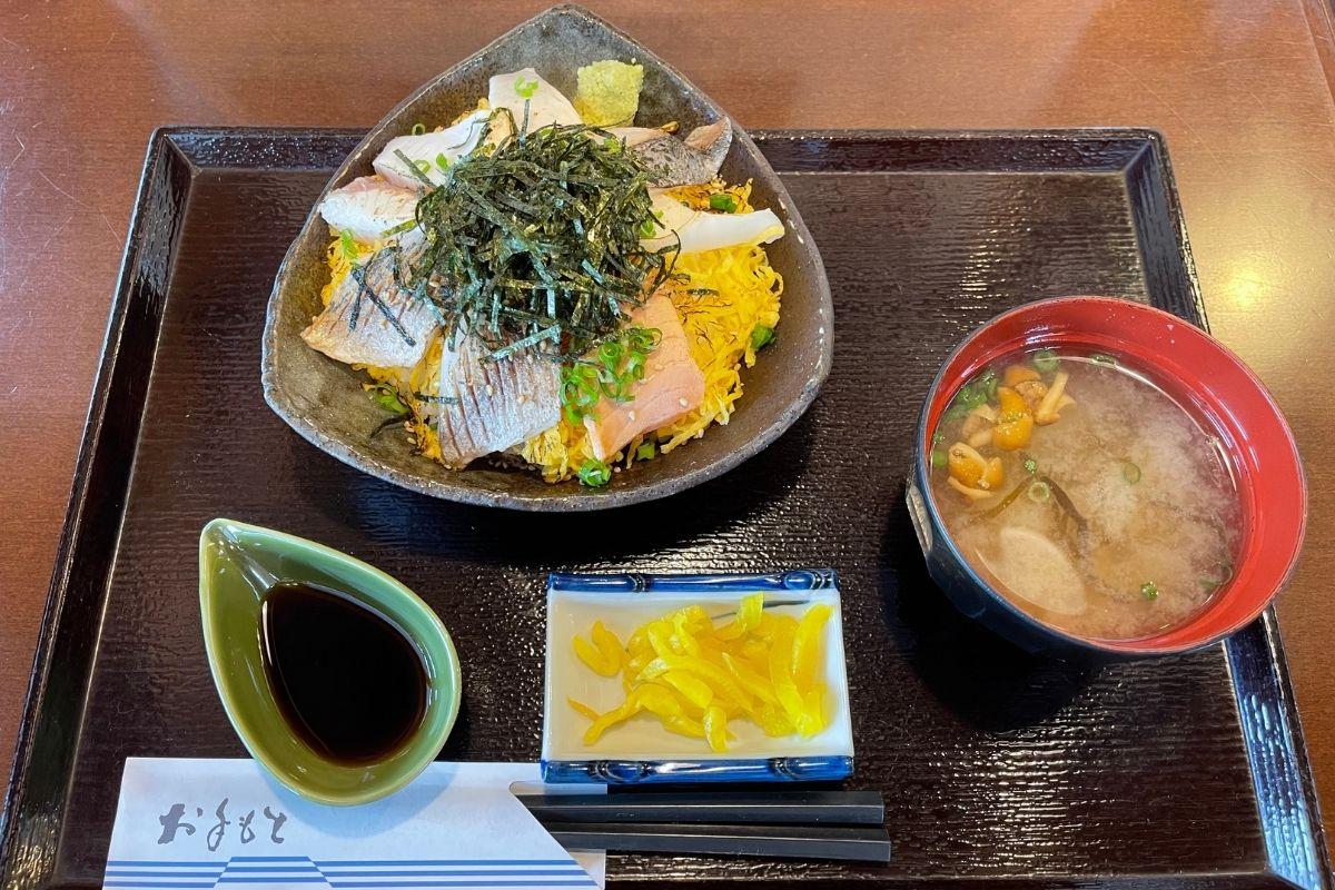 炙り海鮮丼&みそ汁(1200円)
