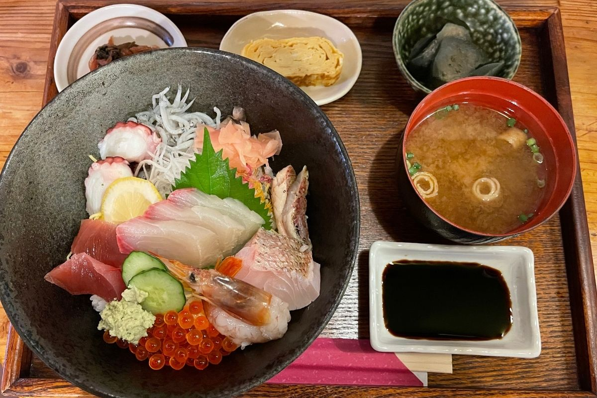 地魚たっぷり海鮮丼(1870円)