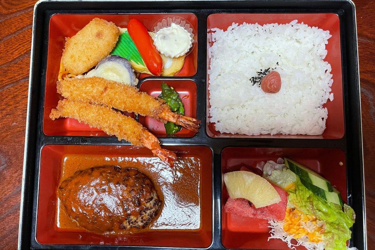 ハンバーグとエビフライ弁当(1350円)