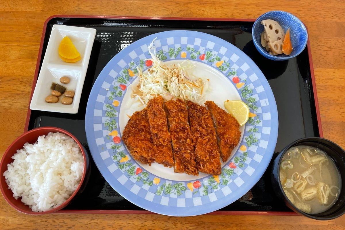 お食事処 ハピネスふくえ むつみ豚のトンカツ定食(1000円)