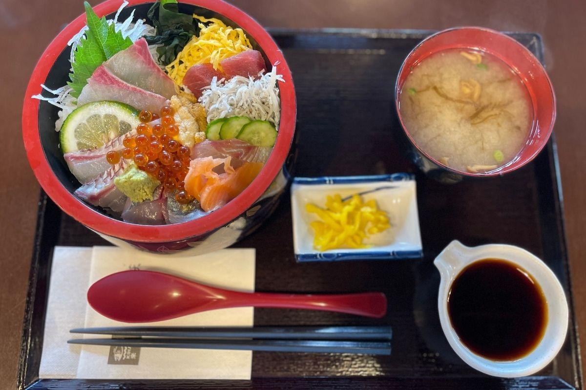 来萩 豪華デラックス海鮮丼(2,500円)
